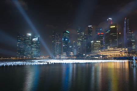 SINGAPORE - 30 DEC 2013: Marina Bay 's nachts ingericht door ballen op water voor Nieuwjaar. Skyscraper is het zakencentrum van Singapore.