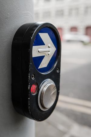semaforo peatonal: Paso de peatones botón de la señal de peatones y firmar para cambiar los semáforos en una calle de la ciudad