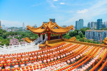 encendedores: KUALA LUMPUR, MALASIA - 22 DE MARZO DE 2017: Torre decorativa de Colorfull con los tejados espectaculares, tallas adornadas y adornamientos intrincados en templo chino de Thean Hou