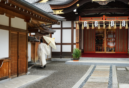 Kyoto japanese monk in white dress from behind on outdoors in temple 에디토리얼
