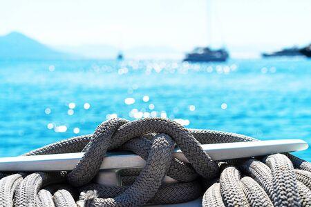 Treuil et câble de yacht sur un voilier. Corde enroulée sur le petit guindeau du yacht. Vacances en Grèce. Banque d'images