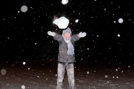 boule de neige: Boy jette une boule de neige