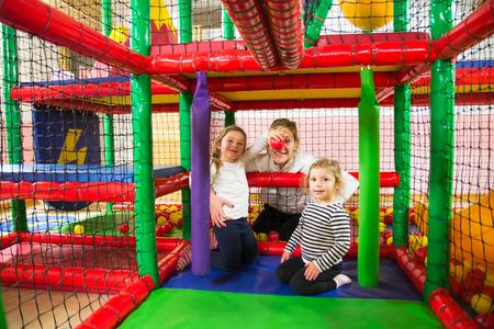 Family into indoor playroom 版權商用圖片 - 34946289