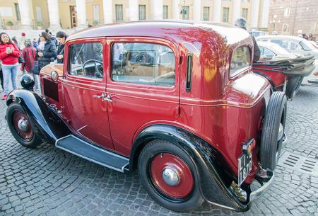 """proceeds: VERONA, Italia - 06 de enero: Los coches cl�sicos de �poca. Benaco Classic Autoclub organiza una reuni�n llamada """"bruja de la polic�a"""" en Verona Martes, 06 de enero de 2015. Los ingresos se donan a la caridad."""