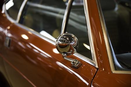 retrovisor: Chrome espejo retrovisor de un coche rojo