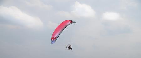 MOTORIZADO: parapente motorizado volando en el cielo azul