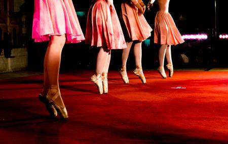 danza clasica: movimientos de danza cl�sica durante un espect�culo nocturno
