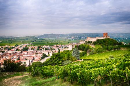 medieval: vista de Soave (Italia), rodeada de viñedos que producen uno de los vinos blancos italianos más apreciados, y su famoso castillo medieval.