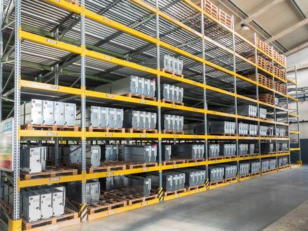 gravedad: estanterías gravedad para palets en una fábrica moderna Foto de archivo