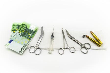 quirurgico: instrumentos quir�rgicos, jeringas, municiones, dinero Foto de archivo