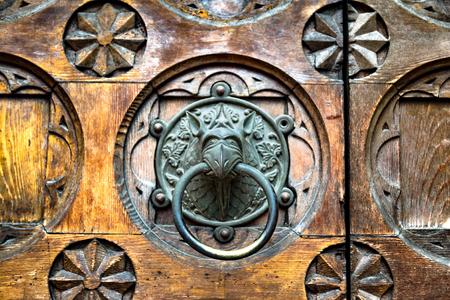 esoterismo: llamador de la puerta antigua de la forma de la cabeza del monstruo.