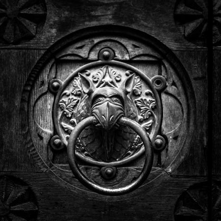 heurtoir de porte antique en forme de tête de monstre.