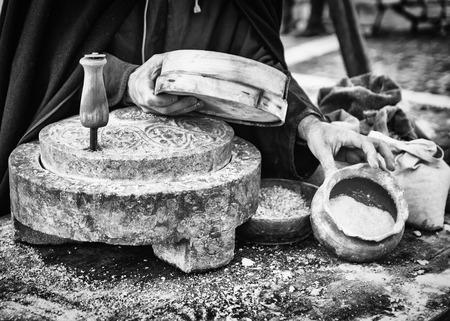 meulière antique qui a été tourné à la main pour produire de la farine et du pain maison.