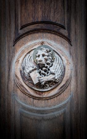 leon alado: El león alado de San Marcos, el símbolo de la República de Venecia, grabado en un portal de una antigua iglesia.