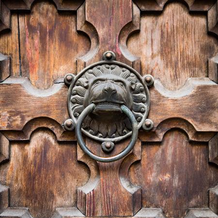 esoterismo: aldaba de puerta antigua forma de cabeza de león. Foto de archivo