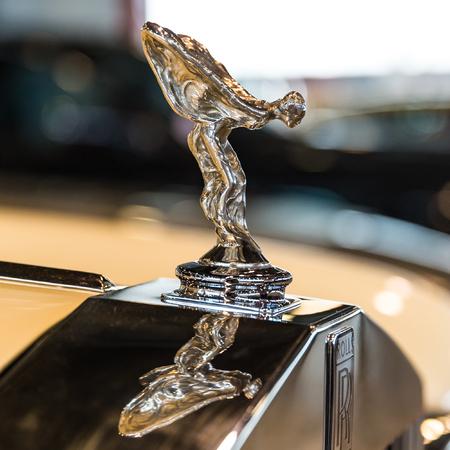 in ecstasy: Verona, Italia - mayo 09,2015: El Espíritu del Éxtasis es el adorno del capó de los coches Rolls-Royce. Editorial
