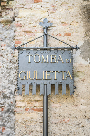 narration: Plaque Juliets tomb at the entrance of the homonymous tomb in Verona, Italy.