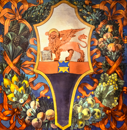 leon con alas: Bandera que representa el le�n alado de la Rep�blica de San Marcos, Venecia, Italia. Foto de archivo