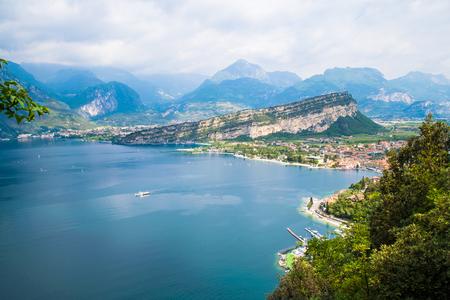 Panorama di Torbole, un piccolo paese sul Lago di Garda, Italia.