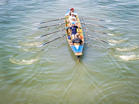 Venedig, Italien - 20. Mai 2016: Weibliche Mannschaft bildet auf einem Ruderboot in Venedig aus.
