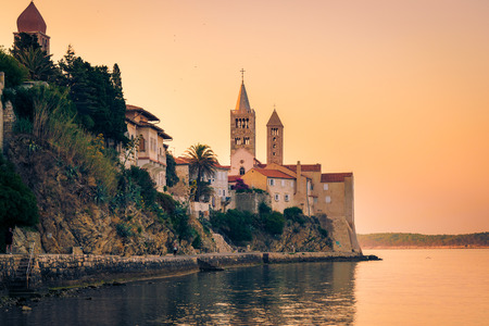 Rab は、同名の島のクロアチア観光リゾートの町の眺め。