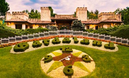 CASTELNUOVO DEL GARDA, Italië - 8 september: Gardaland Themapark in Castelnuovo Del Garda, Italië op dinsdag 8 september 2015. Drie miljoen mensen bezoeken het park jaarlijks. Redactioneel