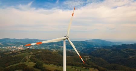 Sola turbina de viento en la colina verde. Foto de archivo - 68131232