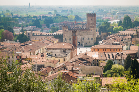 Panorama of the old town of Marostica with the lower castle that overlooks the famous Chess Square. 版權商用圖片 - 74676903