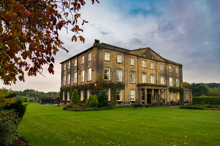 Wakefield, United Kingdom - October 20, 2016: Walton Hall, a 4 star hotel in a scenic setting of rolling parkland with its own lake, a backdrop of ancient woodland and a championship golf course. 版權商用圖片 - 74664140