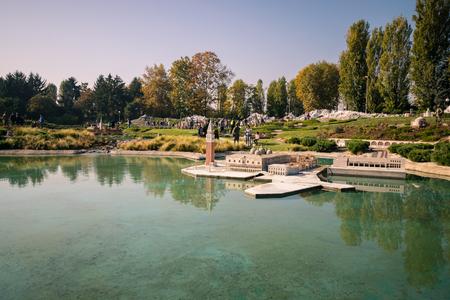 Bergamo, Italia - 30 ottobre 2016: Leolandia è un parco di divertimenti famoso per la riproduzione in miniatura d'Italia con 160 riproduzioni in scala di monumenti famosi. Inoltre ci sono giostre per tutte le età.