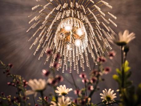 Kronleuchter Floral ~ Kristall kronleuchter mit goldenem licht und künstlichen blumen