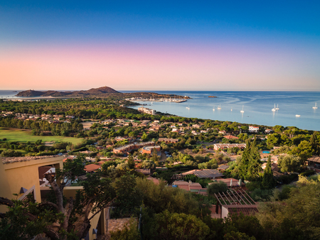 Cape Carbonara-panorama bij zonsondergang. Het is een beroemde toeristenresort dichtbij Villasimius, Sardinië, Italië.