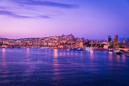 Cagliari bij zonsondergang, hoofdstad van de regio Sardinië, Italië. Stockfoto