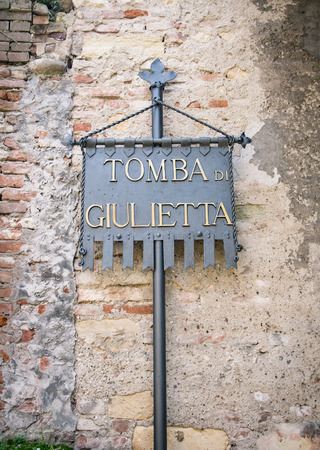 Verona, Italy - March 20, 2016: Plaque Juliets tomb at the entrance of the homonymous tomb in Verona, Italy. Redakční
