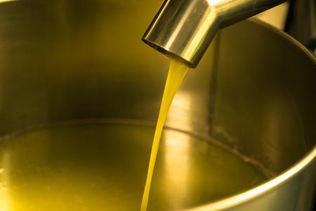 Extractie van olie uit olijven in een moderne boerderij.