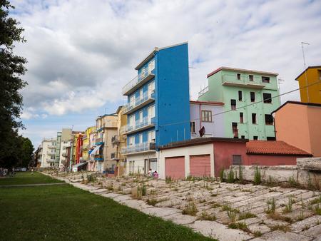 Tipiche case di Sottomarina (Italia) con il terrapieno che le protegge dalle mareggiate.