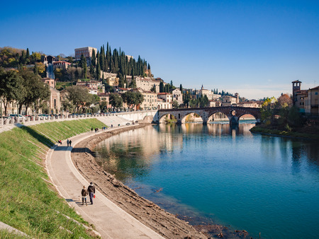 Bend of the Adige river that crosses Verona and view of the stone bridge and San Pietro castle. Редакционное