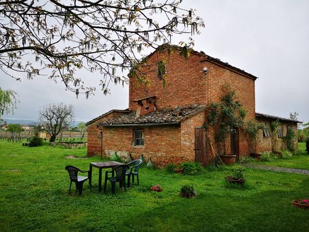 Old red brick cottage in the Italian countryside. Reklamní fotografie