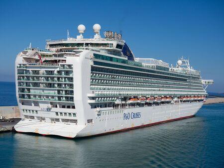 Civitavecchia, Italien - 18. August 2019: Luxus-Kreuzfahrtschiff im Hafen von Civitavecchia angedockt, dem wichtigsten Hafen in der Nähe von Rom, Italien. Standard-Bild