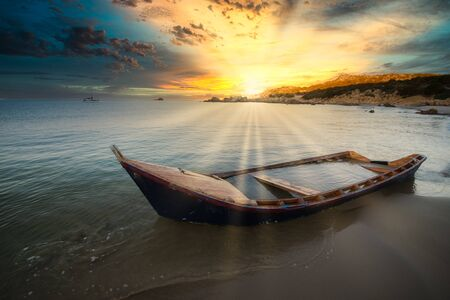 Old wooden boat wrecked on a sandy beach. 版權商用圖片 - 147449273