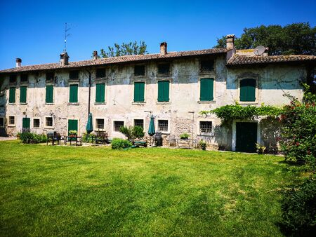 Typical peasant manor house in the green countryside of the Veneto hills, Italy. 版權商用圖片