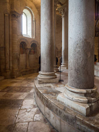 Montalcino, Italy - April 22, 2019: Detail of the columns arranged in a circle around the altar of an ancient medieval church. 新聞圖片