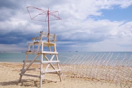 przewidywanie: Stara wieża ratownik na plaży w oczekiwaniu na lato