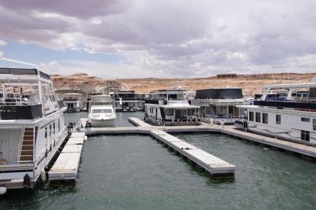lake powell: Pier for houseboatsand boats in Lake Powell , USA