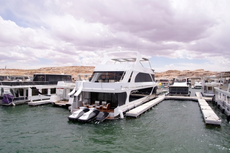 lake powell: Pier for houseboats amd boats in Lake Powell, USA
