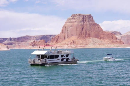 floatable: Boat floating in Lake Powell, USA