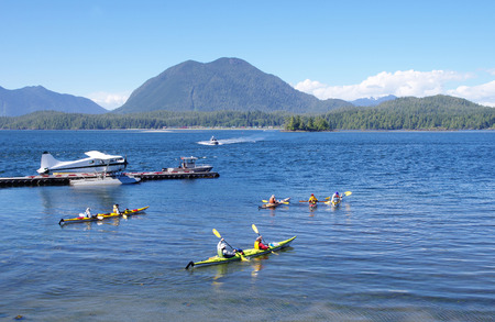Seaplane, boats and five kayaks in Tofino port  Vancouver Island, British Columbia, Canada Banque d'images
