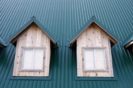 dormer: Dos buhardilla con ventanas en el techo de color verde oscuro