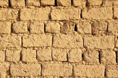 adobe wall: Vecchio alzato muro di mattoni in una giornata di sole