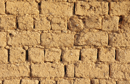 adobe wall: Vecchio primo piano muro di mattoni in giornata di sole
